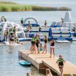 Gigantiškas vandens batutas ir kitos vandens pramogos džiugina Elektrėnų gyventojus ir miesto svečius